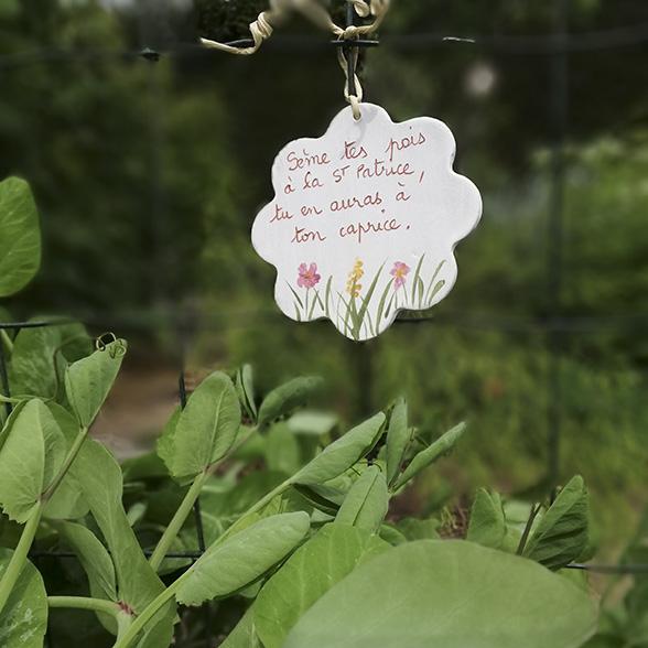 Une étiquette en céramique avec un proverbe sur le jardinage atelier Myriem Verhille Céramiste