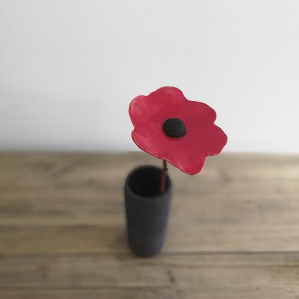 Une fleur en céramique dans un vase en grès créés par Myriem Verhille Céramiste