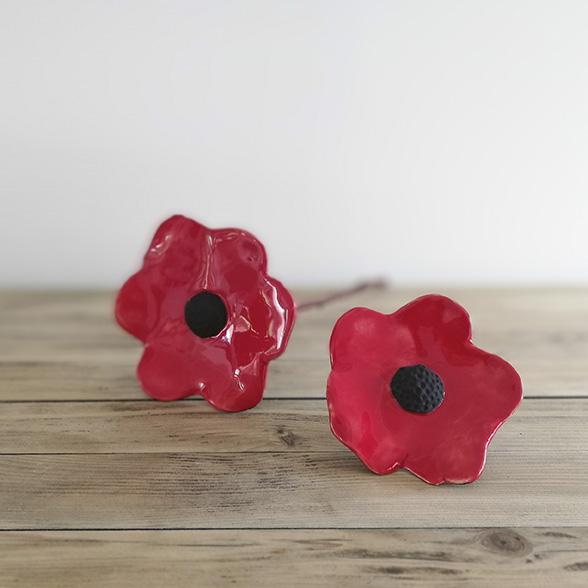 Fleurs en céramique noires et rouges issues de l'atelier de céramiste d'art Myriem Verhille
