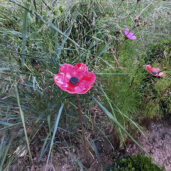 Fleur en céramique rouge vernie par la céramiste Myriem Verhille