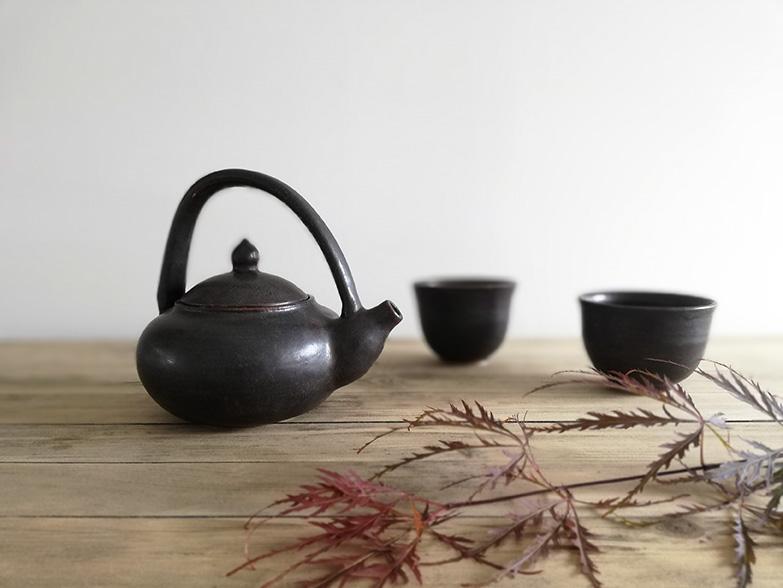 Théière en céramique avec bols assortis réalisation Myriem Verhille Céramiste