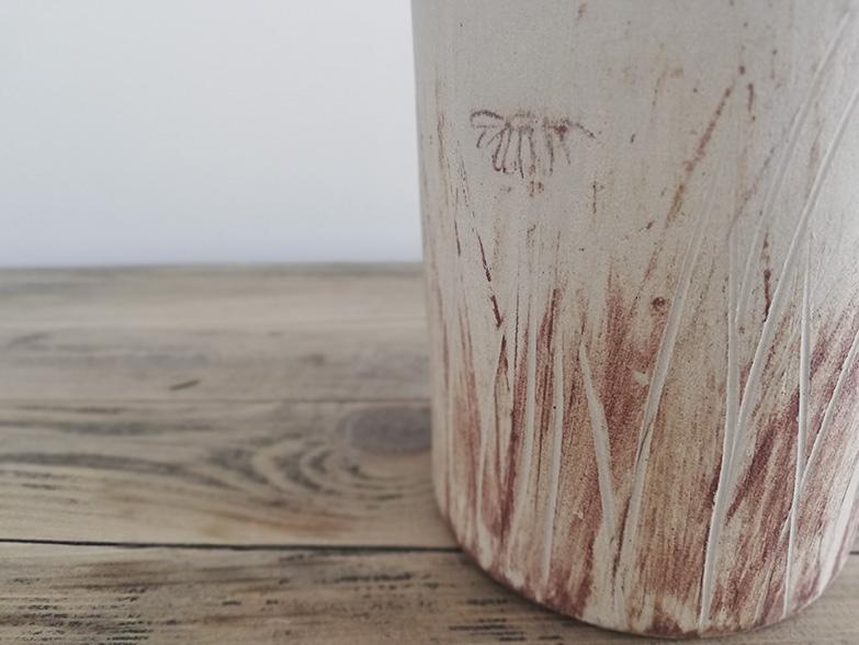 Détail d'un vase en céramique de la collection Bruyère chez Myriem Verhille Céramiste