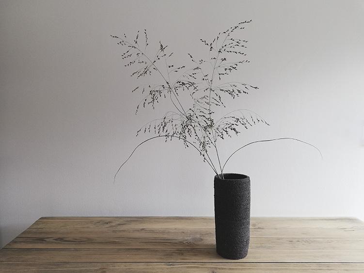 Un vase en grès céramique réalisé par Myriem Verhille Céramiste