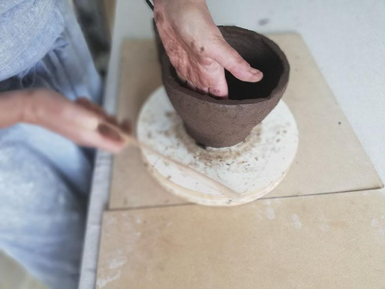 Façonnage d'une céramique à la main dans l'atelier de la céramiste Myriem Verhille