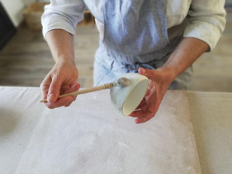 Emaillage d'une céramique chez Myriem Verhille céramiste