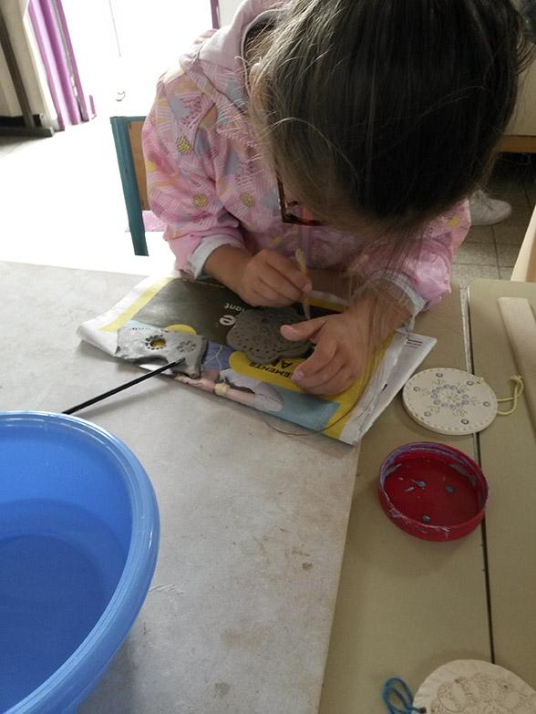 Atelier initiation céramique parent-enfant chez Myriem Verhille Céramiste