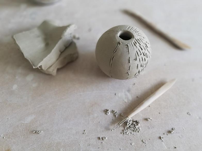 Détails d'une poterie avec outils chez Myriem Verhille Céramiste