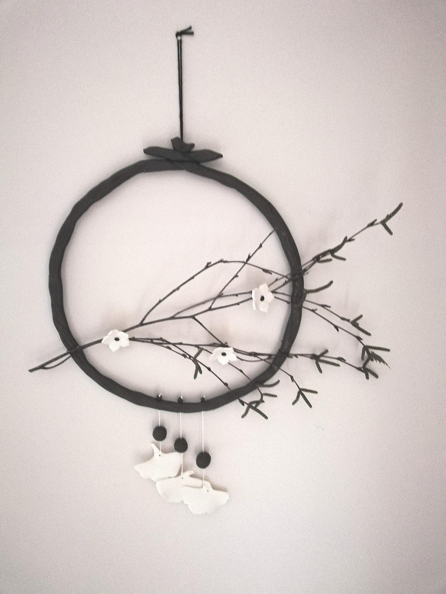 Décoration en céramique avec fleurs et oiseaux par Myriem Verhille Céramiste