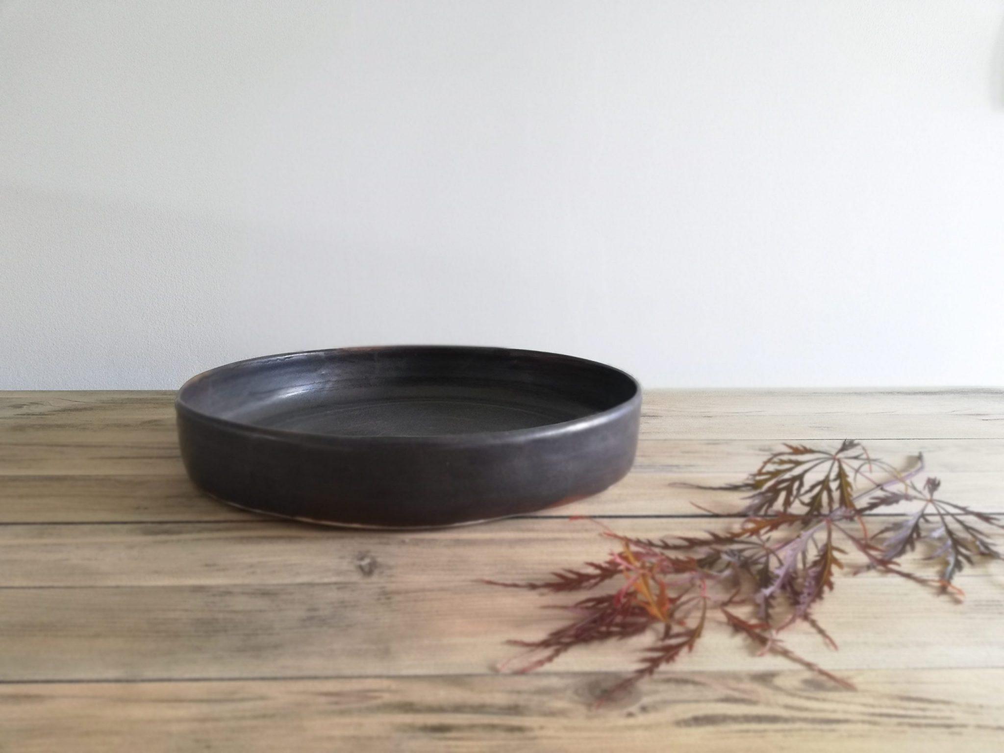 Coupelle en céramique sombre créée par l'atelier Myriem Verhille céramiste