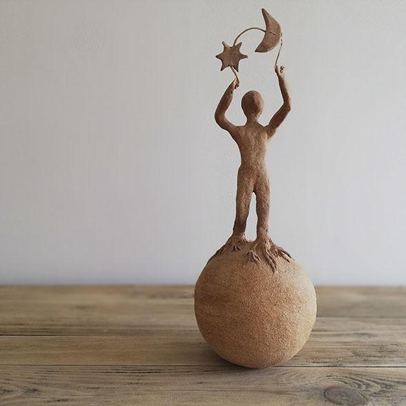Sculture l'homme et la terre en céramique brute par Myriem Verhille Céramiste