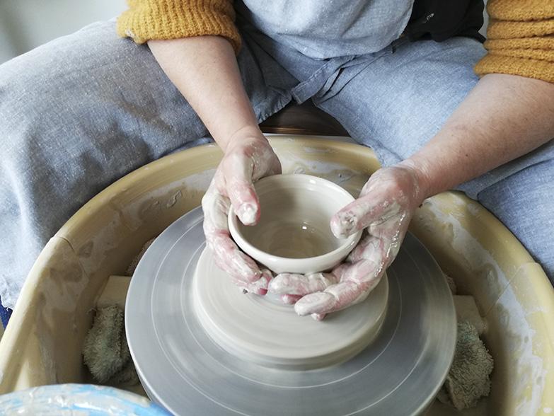 Le tournage d'une pièce de poterie chez Myriem Verhille céramiste