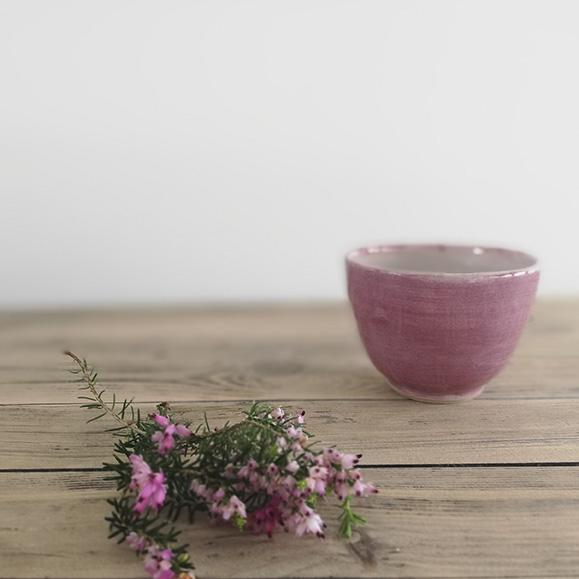 Petite tasse en céramique rose de la collection Bruyère. Céramiste Myriem Verhille