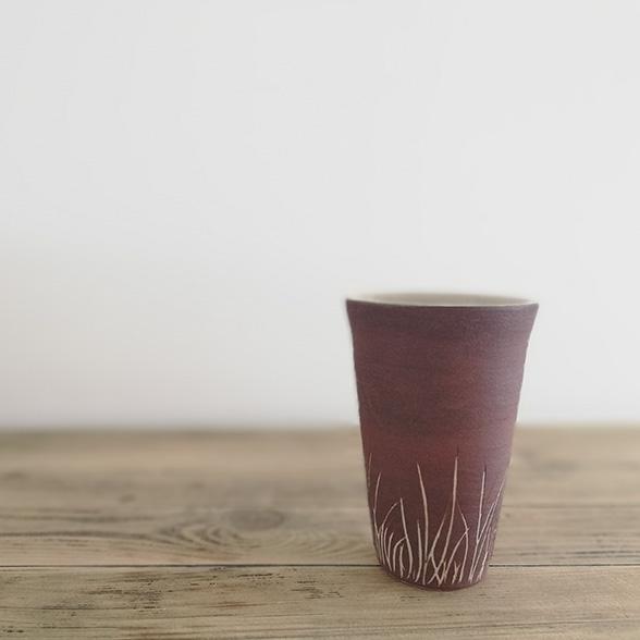 Simple gobelet avec décoration épurée. Création en céramique de Myriem Verhille céramiste