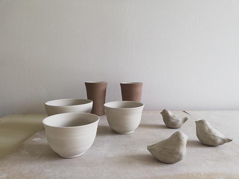 Le séchage des pièces de céramique dans l'atelier de Myriem Verhille Céramiste