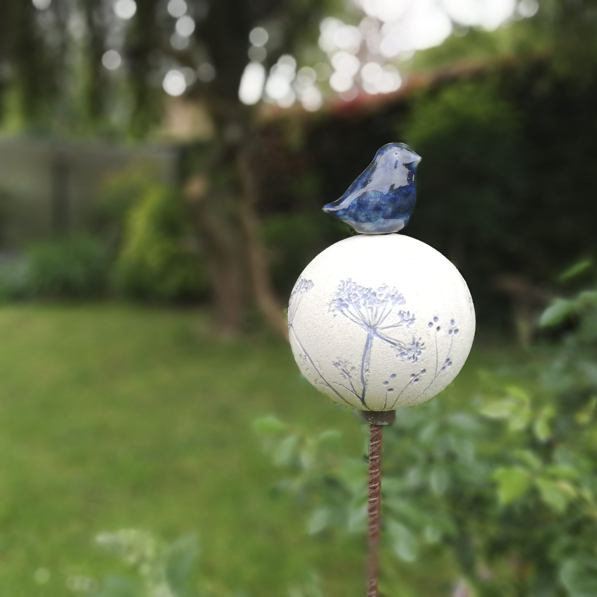 Un totem à l'oiseau bleu réalisé en céramique pour le jardin par Myriem Verhille Céramiste